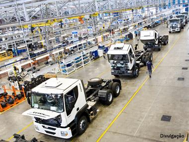 Montadoras de caminhões retomam produção, mas 2012 deverá ser menor que 2011