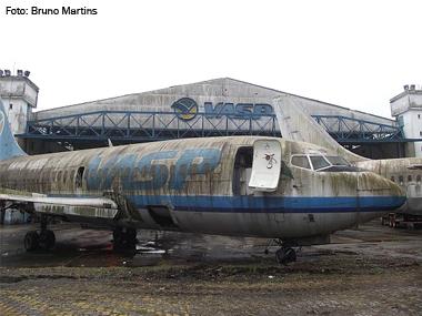 Aviões-sucata da VASP começam a ser desmontados em Congonhas (SP)