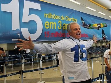 Azul comemora a marca de 15 milhões e presenteia cliente