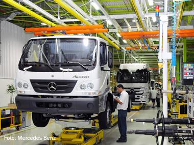 Mercedes-Benz entrega primeiros caminhões fabricados em Juiz de Fora (MG)