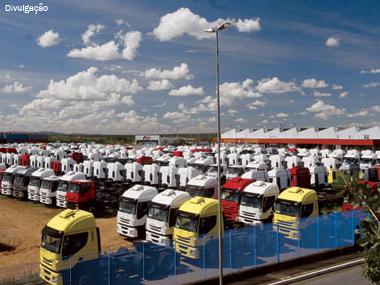 Vendas de caminhões avançam mais que produção e desestocagem já passa de 13 mil unidades