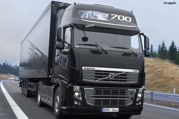 Volvo contrata funcionários e aumenta produção de caminhões em Curitiba (PR)