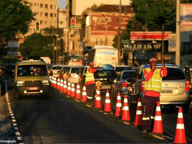CET libera faixa reversível para carros com mais de um passageiro em SP