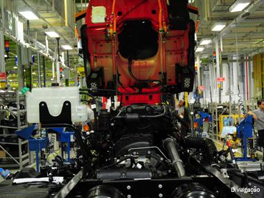 Vendas de caminhões recuam 18% no ano e amenizam quedas expressivas em 2012