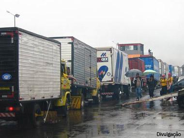 Greve de auditores fiscais barra caminhoneiros na fronteira com o Paraguai