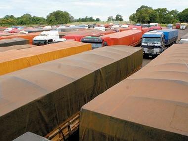 Sem Balsa, caminhoneiros estão ilhados no Paraguai há 10 dias