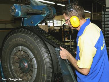 Transportador brasileiro recorre cada vez mais à reforma de pneus