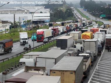 Caminhoneiros bloqueiam rodovias de SP, MG e ES por melhorias na categoria