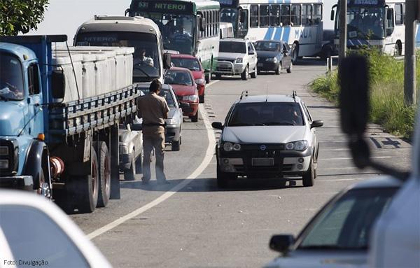 acostamento-multas-carro