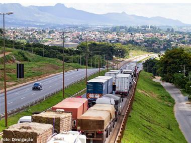 Caminhoneiros em greve fecham rodovias em seis estados