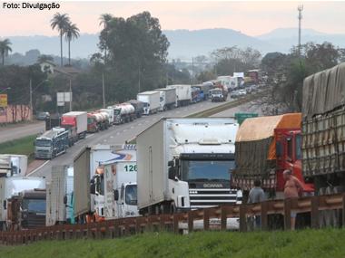 Câmara aprova anistia para multas de caminhoneiros que bloquearam rodovias durante protestos
