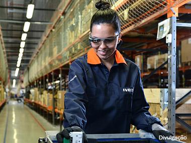Iveco emprega óculos eletrônicos para melhorar qualidade na fábrica de Sete Lagoas (MG)
