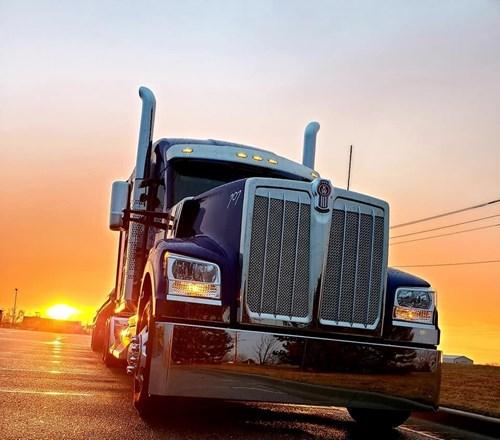 Caminhões Kenworth desfilam em concurso de beleza nos EUA