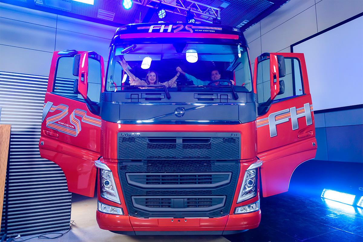 Cliente do Consórcio Volvo ganha caminhão FH zerinho