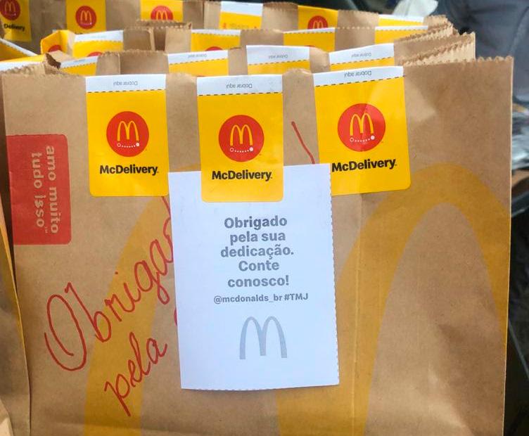 BOA NOTÍCIA: Famosa rede de fast food distribui refeições para caminhoneiros brasileiros
