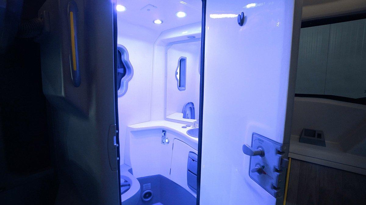 Marcopolo cria ônibus com banheiro que se auto desinfeta com luz ultravioleta