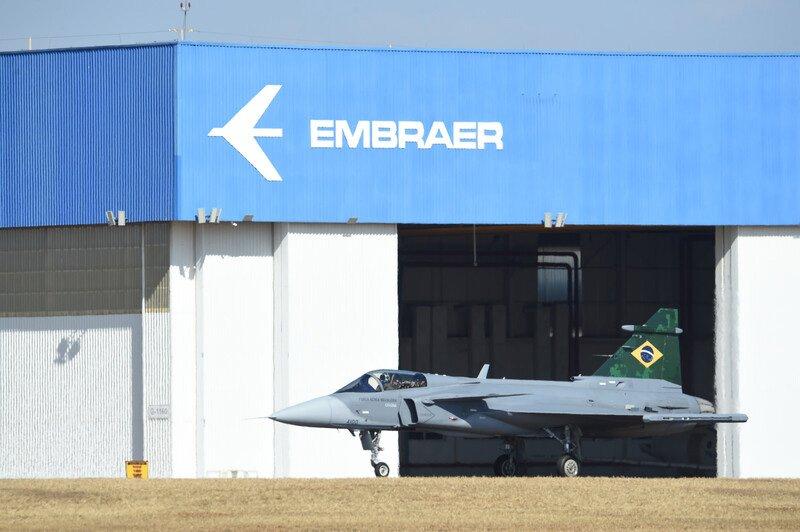 Caça Gripen brasileiro faz primeiro voo em céus nacionais