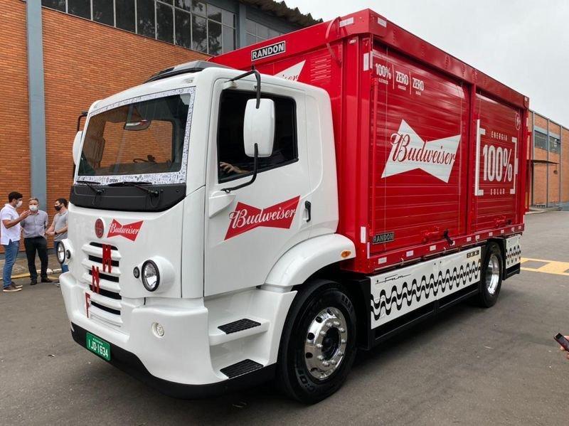 Ambev anuncia parceria com a FNM para mais mil caminhões elétricos