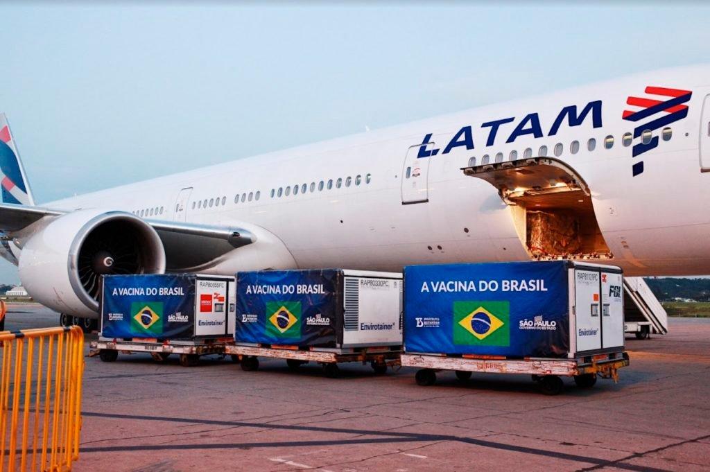 Boeing 777 da Latam chega com mais insumos da vacina