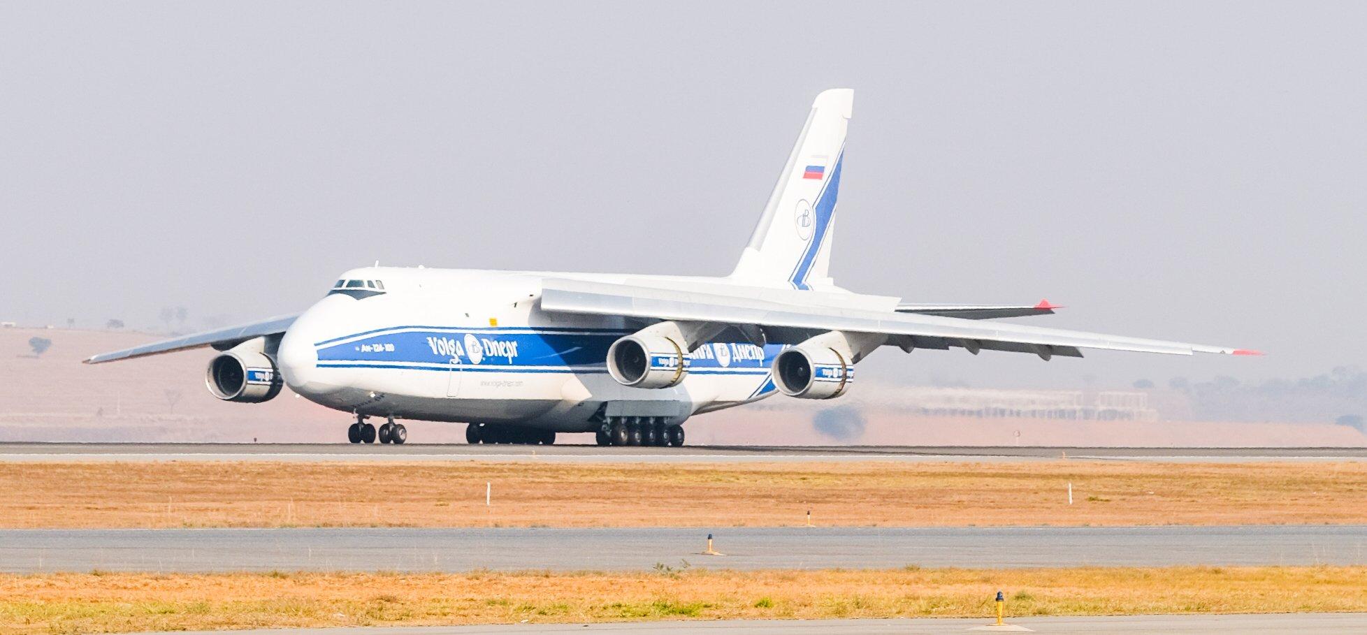 Segundo maior avião de carga do mundo pousa em BH com equipamento de 50 toneladas